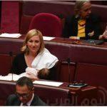 شاهد.. نائبة ترضع ابنتها داخل البرلمان