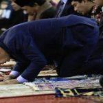 أردوغان يفقد الوعي فى صلاة العيد ويؤيد قطر.. فيديو