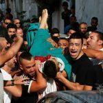 """""""مشهد يدمي القلوب"""" الأهالي يهربون جثمان شهيد القدس خوفًا من قوات الاحتلال.. صور وفيديو"""