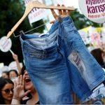 """""""نريد ارتداء الشورت"""".. عنوان مسيرة نسائية ضخمة في تركيا.. شاهد الصور"""
