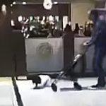 بالفيديو.. السلطات السعودية تلاحق أب يضرب طفله بلا رحمة