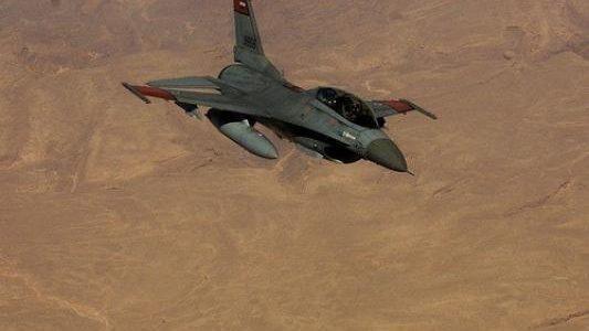 بالفيديو… الطائرات المصرية تدمر عشرة سيارات دفع رباعي محملة بالأسلحة قادمة من ليبيا