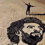 فلسطينى يرسم محمد صلاح على رمال غزة