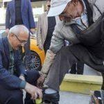 وزير تركي يمسح حذاء مواطن