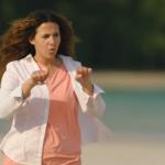 شاهدمسلسل في اللالا لاند الحلقة الخامسة.. ركاب الطائرة يحاولون البحث عن طعام في الجزيرة