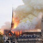 حريق مروع في كاتدرائية نوتردام وانهيار برجها.. شاهد لحظات الفزع والرعب